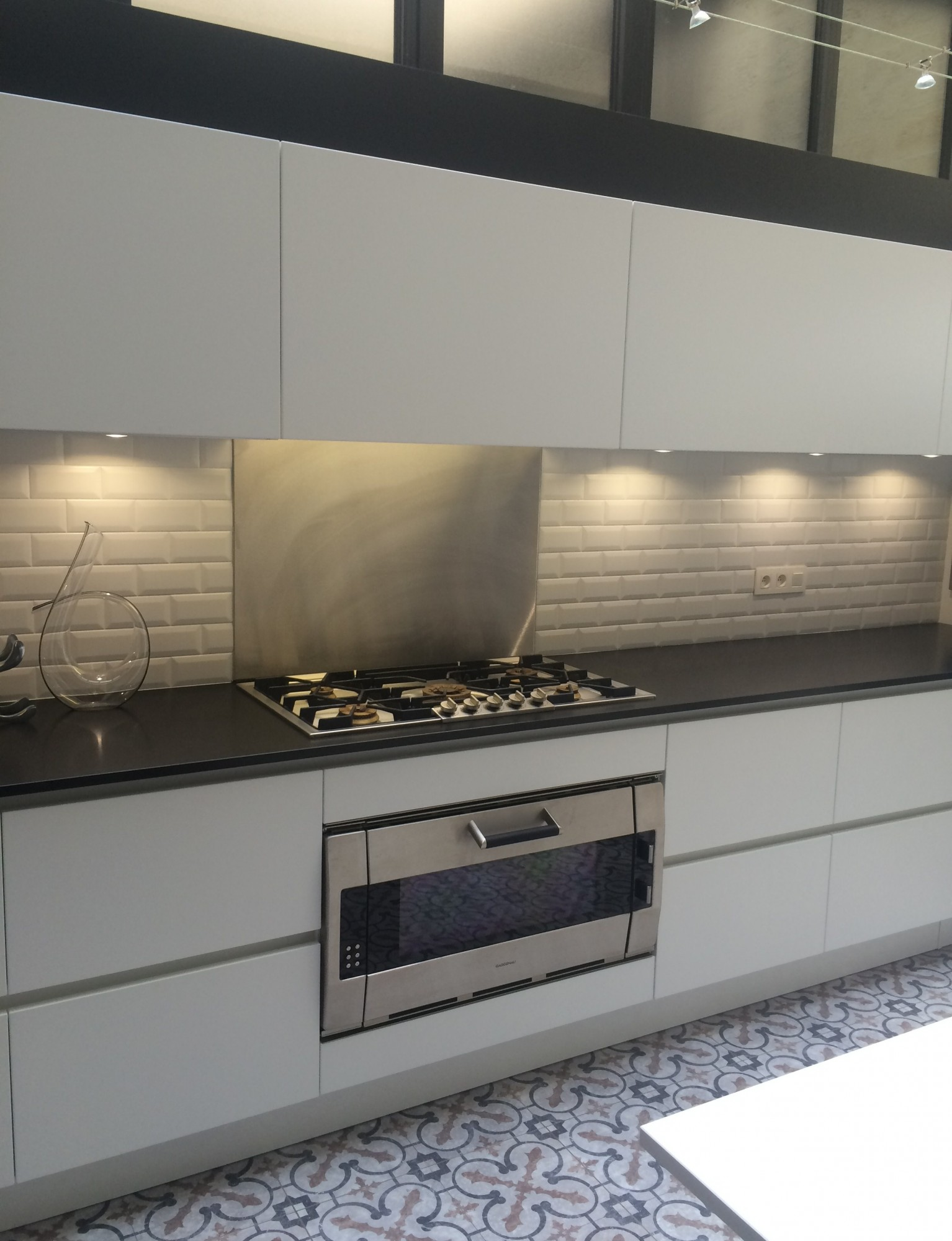 Cuisine coloris blanc mat et plan de travail granit noir bordeaux euro cuisine - Plan de travail cuisine noir ...